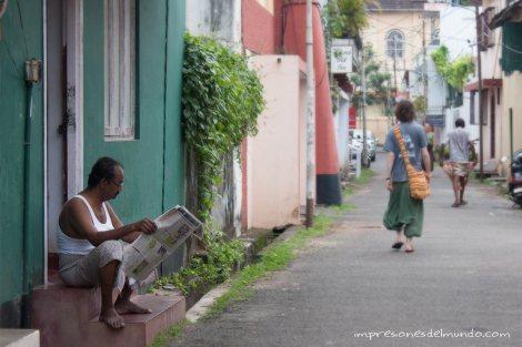Kochi-leyendo-periodico-impresiones-del-mundo