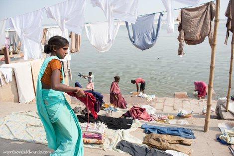 lavandera-Ganges-Varanasi-impresiones-del-mundo
