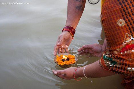 ofrenda-Ganges-Varanasi-impresiones-del-mundo