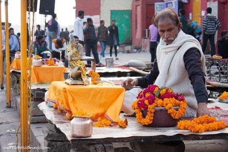 preparando-puja-Ganges-Varanasi-impresiones-del-mundo