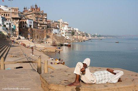 siesta-Ganges-Varanasi-impresiones-del-mundo
