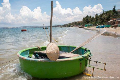 barco-con-sombrero-Mui-Ne-impresiones-del-mundo