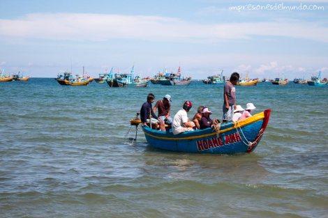 barco-llegando-al-puerto-Mui-Ne-impresiones-del-mundo