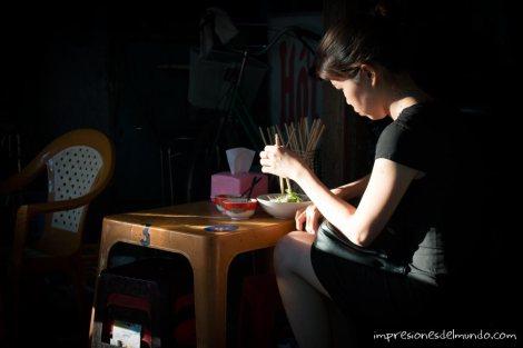 mujer-comiendo-Hue-impresiones-del-mundo