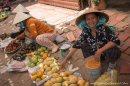 vendedora-mangos-mercado-Mui-Ne-impresiones-del-mundo