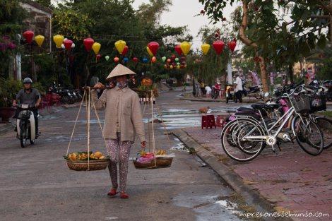vendedora-palmeras-Hoi-An-impresiones-del-mundo