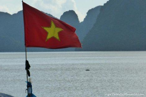bandera-vietnamita-Cat-Ba-island-impresiones-del-mundo