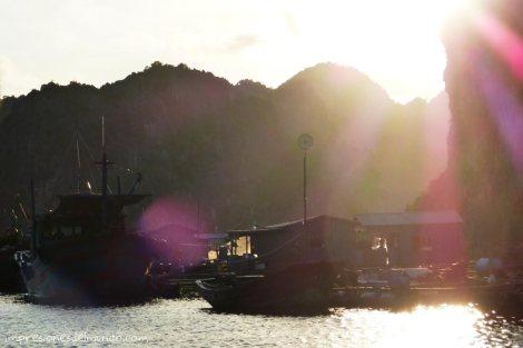 barcos-reflejo-sol-atardecer-Cat-Ba-island-impresiones-del-mundo