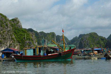 barcos-y-casas-de-pescadores-Cat-Ba-island-impresiones-del-mundo