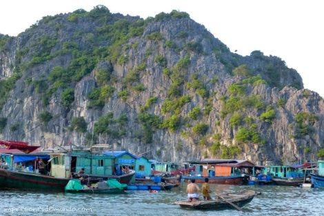 pescadores-en-barca-Cat-Ba-island-impresiones-del-mundo