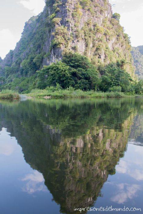 reflejo-agua-Tam-Coc-impresiones-del-mundo