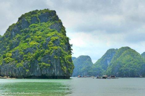 roca-y-casas-de-pescadores-Cat-Ba-island-impresiones-del-mundo