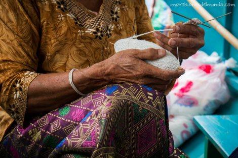 barco-mujer-tejiendo-Mekong-impresiones-del-mundo