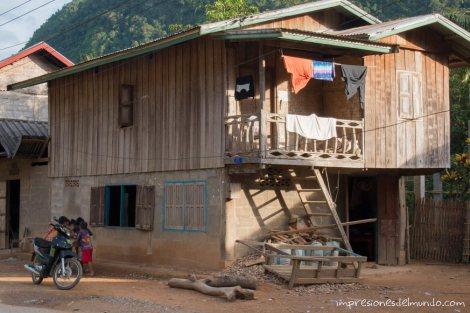 casa-con-nenes-Nong-Khiaw-Laos-impresiones-del-mundo