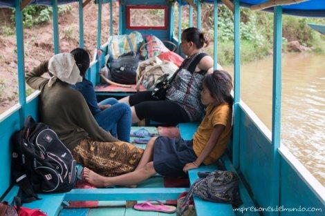 gente-en-el-barco-Mekong-impresiones-del-mundo
