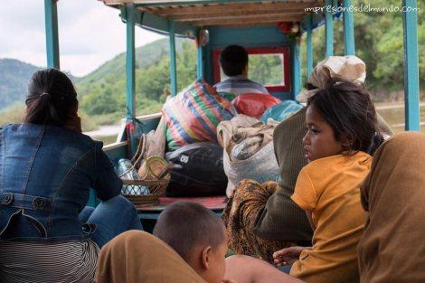 gente-y-bultos-barco-Mekong-impresiones-del-mundo