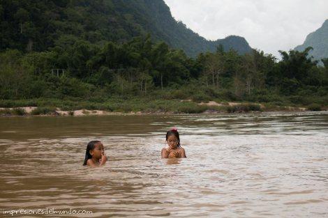 nenas-bañandose-Mekong-impresiones-del-mundo