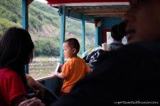 nene-asomado-barco-Mekong-impresiones-del-mundo