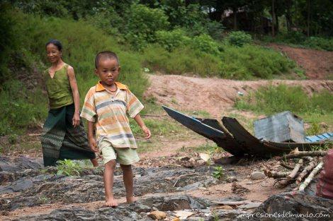nene-y-abuela-barco-Mekong-impresiones-del-mundo