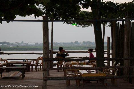 bar-terraza-frente-al-Mekong-Savannakhet-impresiones-del-mundo