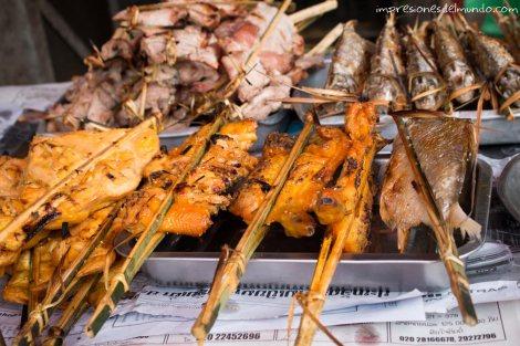 brochetas-pollo-Vientiane-impresiones-del-mundo