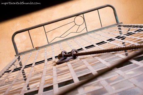 cama-de-museo-S-21-Phnom-Penh-impresiones-del-mundo