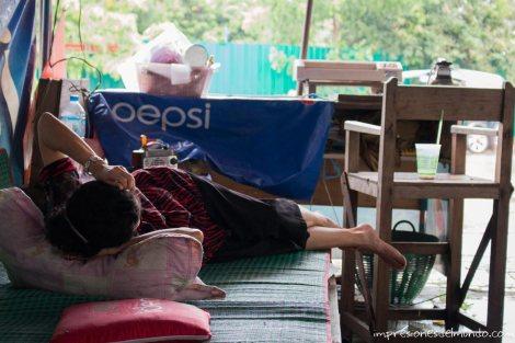 esperando-a-que-pare-la-lluvia-Vientiane-impresiones-del-mundo