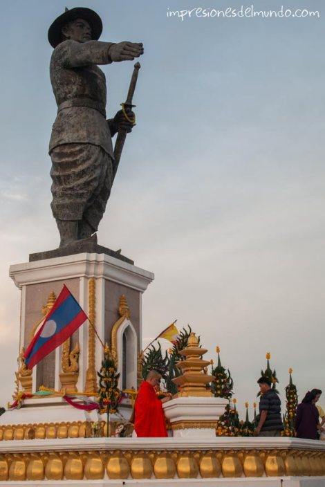 estatua-Rey Chao Anouvong-Vientiane-impresiones-del-mundo