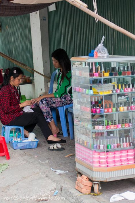 manicura-en-la-calle-Phnom-Penh-impresiones-del-mundo