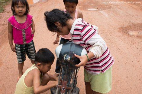 nenes-arreglando-bicicleta-Don-Khong-4000-islas-impresiones-del-mundo