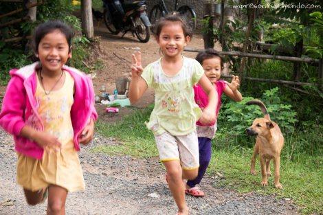 nenes-saludando-Don-Khong-4000-islas-impresiones-del-mundo