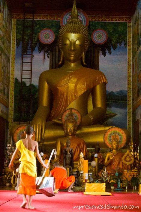novicio-y-templo-Vientiane-impresiones-del-mundo