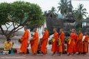 recibiendo-comida-monjes-luang-prabang-impresiones-del-mundo