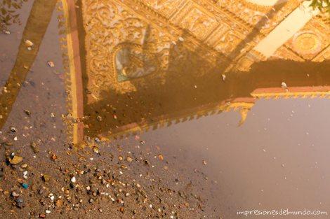 reflejo-de-pagoda-en-charco-Vientiane-impresiones-del-mundo