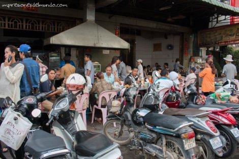 restaurante-en-la-calle-Phnom-Penh-impresiones-del-mundo