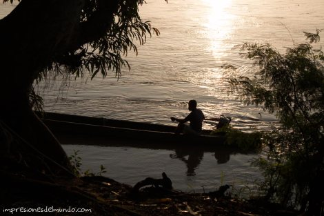 silueta-hombre-en-una-barca-impresiones-del-mundo