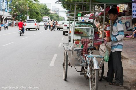vendedor-ambulante-Phnom-Penh-impresiones-del-mundo