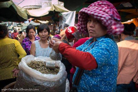 vendedora-de-caracoles-Phnom-Penh-impresiones-del-mundo