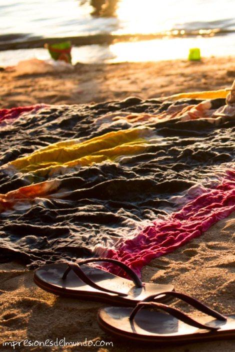 chanclas-y-toalla-en-la-arena-Koh-Tao-Tailandia-impresiones-del-mundo