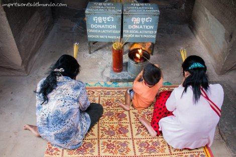 gente-orando-Angkor-Wat-impresiones-del-mundo