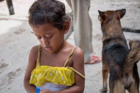 Koh-Rong-niña-y-perro-impresiones-del-mundo