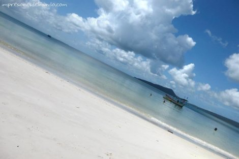 Koh-Rong-playa-y-cielo-azul-impresiones-del-mundo