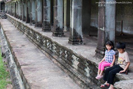nenes-sentados-en-escaleras-Angkor-Wat-impresiones-del-mundo