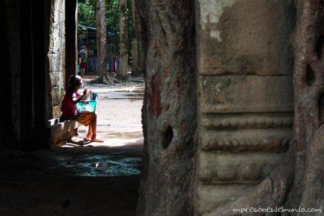 niña-pidiendo-Angkor-Wat-impresiones-del-mundo