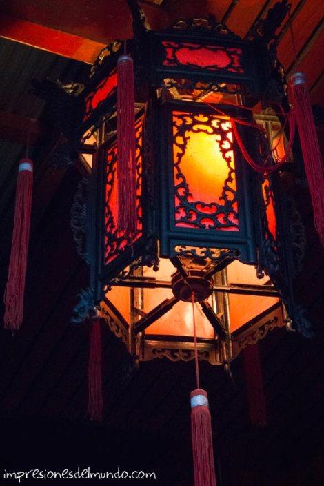 farolillo-rojo-de-noche-Mae-Salong-Tailandia-impresiones-del-mundo