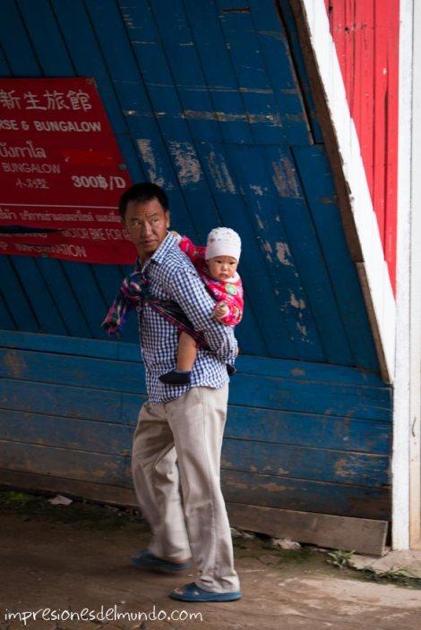 hombre-con-hijo-Mae-Salong-Tailandia-impresiones-del-mundo