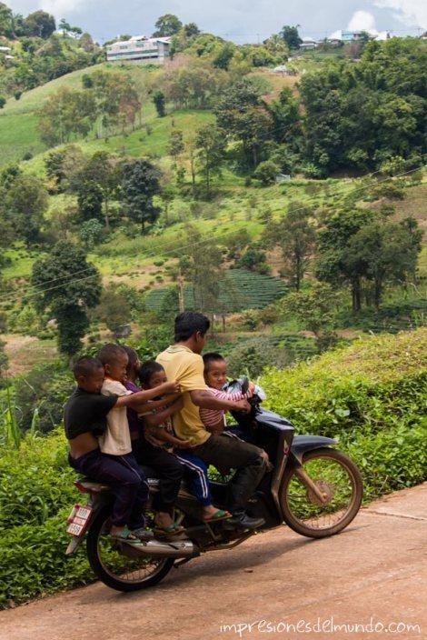 hombre-y-familia-en-moto-Mae-Salong-Tailandia-impresiones-del-mundo
