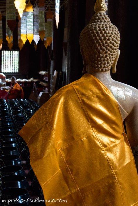 interior-templo-y-estatua-Chiang-Mai-Tailandia-impresiones-del-mundo