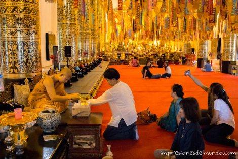 interior-templo-y-monje-Chiang-Mai-Tailandia-impresiones-del-mundo