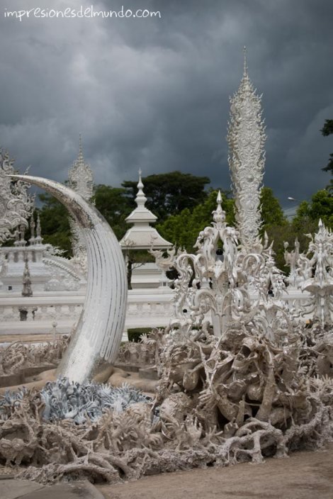 manos-saliendo-del-suelo-Wat-Rong-Khun-Chiang-Rai-Tailandia-impresiones-del-mundo